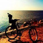 rowerem-nad-zatoka-z-dzieckiem